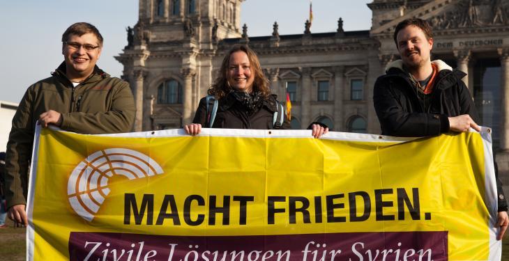 """Aktion der Kampagne """"Macht Frieden. Zivile Lösungen für Syrien"""" am 10.11.16 in Berlin"""