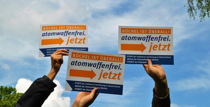 """Schild """"Büchel ist überall! atomwaffenfrei.jetzt"""""""