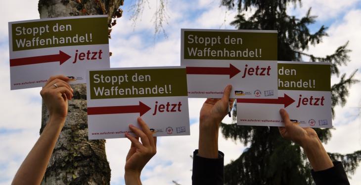 """Schilder """"Stoppt den Waffenhandel"""""""