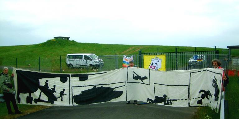Banneraktion vor dem Fliegerhorst Büchel
