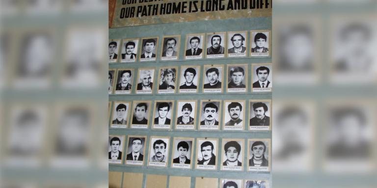 Photos von vermissten Karabach-Armeniern, die seit Anfang der 90-er Jahre vermißt werden. Wird es bald wieder solche Photos geben? Aufgenommen in Stepanakert/Chankendi im Jahre 2000.