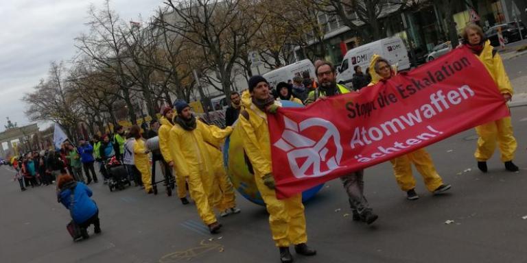 Menschenkette gegen Atomwaffen in Berlin