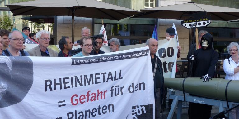 Demonstration während der Jahreshauptversammlung 2018 von Rheinmetall in Berlin.