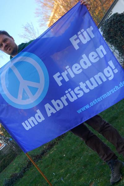 Ostermarsch 2021: Fahne in blau