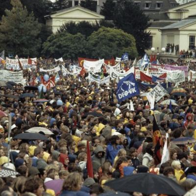 Massen-Friedensdemonstration im Hofgarten Bonn gegen die Modernisering von Kernwaffen in West-Europa